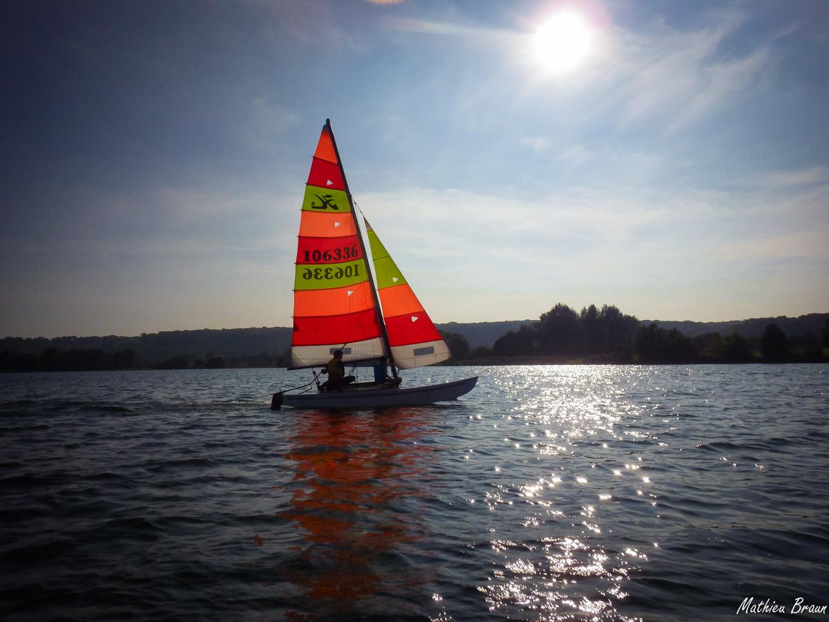 Un catamaran qui file dans le vent