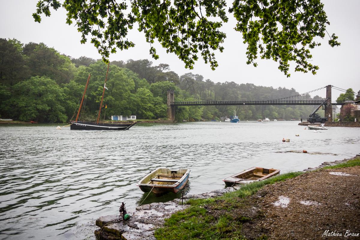 Le pont en acier au-dessus de la rivière d'Auray