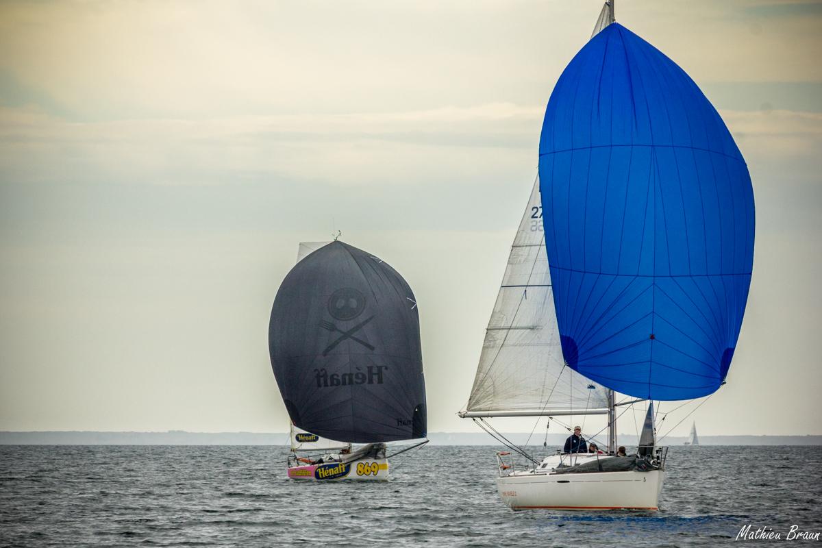 Deux voiliers sous spi parmi la multitude