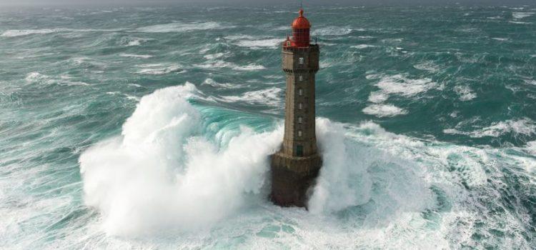 Les phares mythiques du Finistère dans la tempête (vidéo)